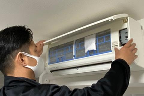 壁掛けエアコンにACプラス Proを取り付ける様子