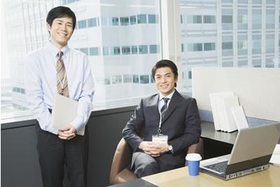 先輩社員がオフィスでほほ笑むイメージ